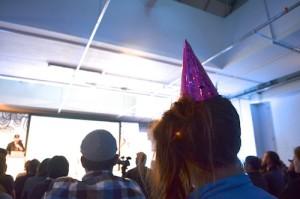 Konferenz mit rosa Partyhut